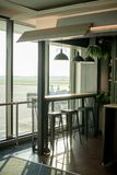 I posti vuoti moderni interni della partenza bighellonano all'aeroporto, rifugio con la sedia Fotografia Stock Libera da Diritti