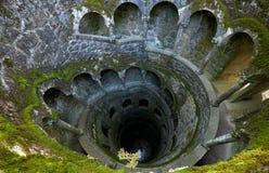 I pozzi di inizio hanno invertito la torre in Quinta da Regaleira est Fotografie Stock