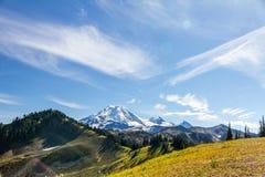 I prati alpini di orizzonte si dividono nella fine dell'estate, panettiere del supporto Fotografia Stock
