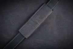 I precedenti e la struttura del cuoio di Nubuck di marrone scuro con oro s fotografia stock libera da diritti