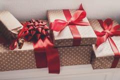 I presente eleganti, contenitori di regalo su bianco accantona il fondo, primo piano Immagine Stock Libera da Diritti