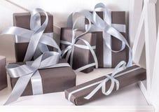 I presente eleganti, contenitori di regalo su bianco accantona il fondo, primo piano Fotografia Stock