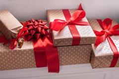 I presente eleganti, contenitori di regalo su bianco accantona il fondo, primo piano Fotografie Stock