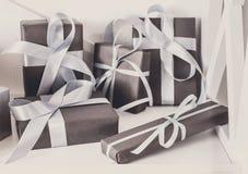 I presente eleganti, contenitori di regalo su bianco accantona il fondo, primo piano Immagini Stock
