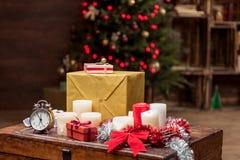 I presente variopinti e le cose decorative di festa su legno sorgono Immagini Stock Libere da Diritti