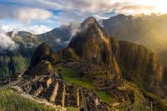 I primi raggi di luce su Machu Picchu fotografie stock