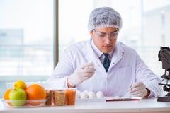 I prodotti alimentari di prova esperta di nutrizione in laboratorio immagini stock
