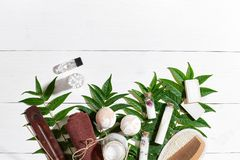 I prodotti di bellezza naturali dello skincare di aromaterapia e della stazione termale con gli accessori del bagno compreso esfo Fotografia Stock