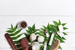 I prodotti di bellezza naturali dello skincare di aromaterapia e della stazione termale con gli accessori del bagno compreso esfo Immagini Stock