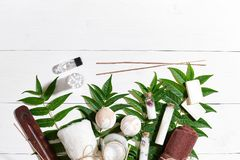 I prodotti di bellezza naturali dello skincare di aromaterapia e della stazione termale con gli accessori del bagno compreso esfo Fotografie Stock Libere da Diritti
