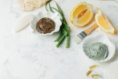 I prodotti di cura di pelle di erbe naturali, caff? degli ingredienti di vista superiore sfregano ed i fagioli, l'aloe vera, l'ar fotografia stock