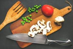 I prodotti freschi sono ordinatamente su un bordo Fotografia Stock
