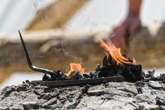I prodotti metallici sono heated sui carboni nella fornace della forgia Fotografie Stock Libere da Diritti