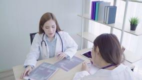 I professionisti medici di medico asiatico professionista team il 'brainstorming' in una riunione Gruppo di discussione dei lavor video d archivio