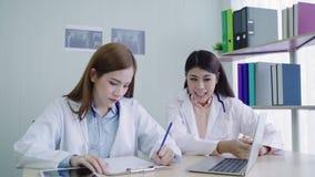 I professionisti medici professionali team il 'brainstorming' in una riunione Gruppo dei lavoratori di sanità che discutono nella stock footage