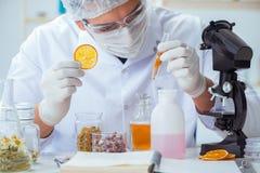 I profumi di miscelazione del chimico in laboratorio immagine stock