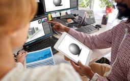 I progettisti con 3d modella sul pc della compressa e del computer portatile Immagine Stock Libera da Diritti