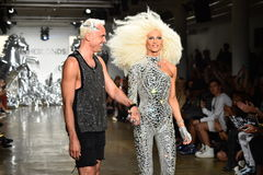 I progettisti David Blond e Phillipe Blond compaiono sulla pista alla sfilata di moda di Blonds Immagine Stock