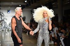 I progettisti David Blond e Phillipe Blond compaiono sulla pista alla sfilata di moda di Blonds Immagini Stock