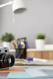 I progettisti presentano con la macchina fotografica e gli strumenti, tazza Immagini Stock