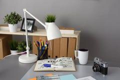 I progettisti presentano con la macchina fotografica e gli strumenti, tazza Fotografia Stock