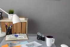 I progettisti presentano con la macchina fotografica e gli strumenti, tazza Immagini Stock Libere da Diritti