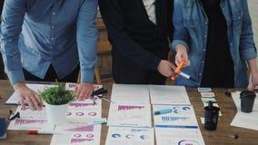 I project manager hanno riunione, analizzano i piani, esaminanti le carte stock footage