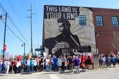 I protestatari marciano da Woody Guthrie Mural che dice i fascisti di uccisioni di questa macchina a marzo per la protesta di vit fotografia stock