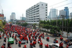 I Protestors rossi della camicia abbassano la strada di Petchburi fotografia stock libera da diritti