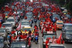 I Protestors rossi della camicia inceppano la strada immagini stock libere da diritti