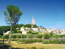 By i Provence, Frankrike, med främst lavendel arkivbilder