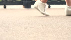 I punti del piede delle ragazze stock footage