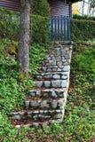 I punti della pietra che conducono verso l'iarda di legno del picchetto recintano le porte Immagini Stock Libere da Diritti