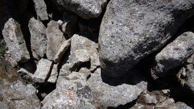 I punti dello scalatore sulle rocce da scalare video d archivio