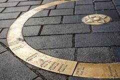 I punti di bussola dorati alle città ben note a Bratislava fotografia stock libera da diritti