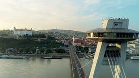 I punti di riferimento di vista aerea di Europa, Slovacchia, Bratislava fortificano, chiesa e ponte SNP archivi video