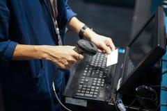 I punti di vendita hanno sparato, codice a barre o parte anteriore di esame di codice di QR del computer fotografie stock libere da diritti