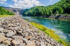 I punti di vista dell'uomo hanno fatto la diga montagne fumose nc di Fontana del lago alle grandi Fotografie Stock