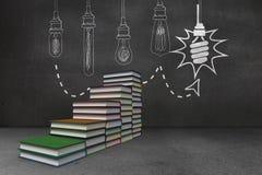 I punti fatti dei libri davanti alla lampadina scarabocchiano Immagine Stock