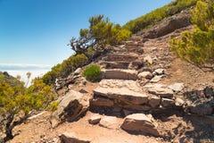 I punti hanno messo dalle pietre, conducenti alla cima della montagna sul Madera Fotografia Stock