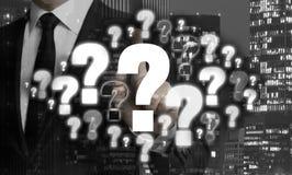 I punti interrogativi sono indicati dal concetto dell'uomo d'affari fotografie stock libere da diritti