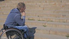 I punti per le sedie a rotelle, uomo disabile in sedia a rotelle non possono superare l'ostacolo, persona invalida su sedia a rot archivi video