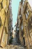 I punti stretti e ripidi a Città Vecchia immagine stock