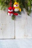 I pupazzi di neve si imbarcano sul duo di legno della peluche dell'inverno di Natale Fotografia Stock Libera da Diritti