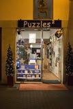 I puzzle immagazzinano con le decorazioni della luce di Natale di sera Fotografie Stock
