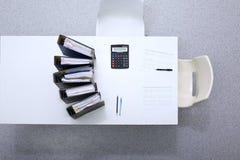 I raccoglitori con le carte stanno aspettando per essere elaborati con il contabile Posto di lavoro dell'ispettore di Internal Re Fotografia Stock