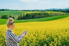 I raccolti d'esame di Using Digital Tablet dell'agricoltore di agricoltura immagine stock libera da diritti