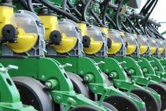 I raccolti di piantatura della seminatrice e del trattore su un campo Fotografia Stock Libera da Diritti