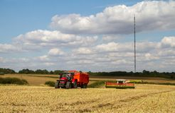 I raccolti moderni di taglio della mietitrebbiatrice di claas Fotografie Stock