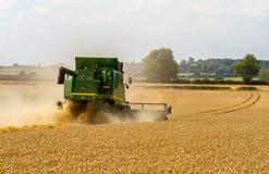 I raccolti moderni di taglio della mietitrebbiatrice di John Deere Fotografia Stock